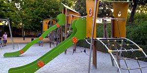 parks in granada with facilities and swings for children