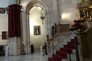 stairs th the altrar in royal chapel of granada