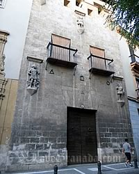 entrance to the casa de los tiros in granada