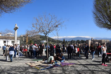 a lot of people watching alhambra from the san nicolas view point