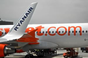 easyjet and ryanair plains in malaga airport